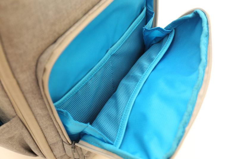 外側に設けられた小物入れは4つのポケット付き