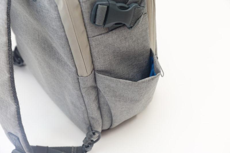 三脚や折り畳み傘の収納に重宝するサイドポケット