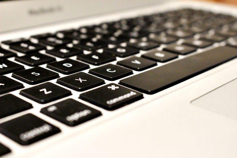 スマホと違い、パソコンにはキーボードがある