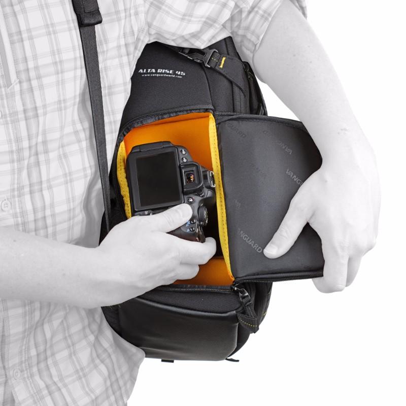 サイドアクセスのバックパックのカメラの取り出し方